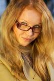 Πορτρέτο ενός όμορφου κοριτσιού με τα γυαλιά Στοκ φωτογραφία με δικαίωμα ελεύθερης χρήσης