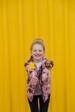 Πορτρέτο ενός όμορφου κοριτσιού με τα κόκκινα χείλια σε ένα κίτρινο backgroun Στοκ Εικόνα