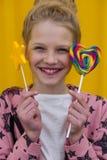 Πορτρέτο ενός όμορφου κοριτσιού με τα κόκκινα χείλια σε ένα κίτρινο backgroun Στοκ Εικόνες