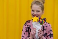 Πορτρέτο ενός όμορφου κοριτσιού με τα κόκκινα χείλια σε ένα κίτρινο backgroun Στοκ φωτογραφίες με δικαίωμα ελεύθερης χρήσης