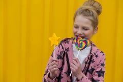 Πορτρέτο ενός όμορφου κοριτσιού με τα κόκκινα χείλια σε ένα κίτρινο backgroun Στοκ φωτογραφία με δικαίωμα ελεύθερης χρήσης