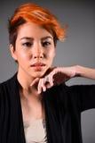 Πορτρέτο ενός όμορφου κοριτσιού με το βαμμένο χρωματισμό τρίχας Στοκ εικόνα με δικαίωμα ελεύθερης χρήσης