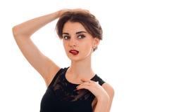 Πορτρέτο ενός όμορφου κοριτσιού με το κόκκινο κραγιόν που κοιτάζει μακριά και κρατά το χέρι τρίχας απομονωμένο στο άσπρο υπόβαθρο Στοκ φωτογραφία με δικαίωμα ελεύθερης χρήσης