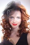 Πορτρέτο ενός όμορφου κοριτσιού σε ένα αναδρομικό ύφος στο μαύρο φόρεμα στοκ φωτογραφία με δικαίωμα ελεύθερης χρήσης
