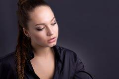 Πορτρέτο ενός όμορφου κοριτσιού σε ένα απλό ύφος Στοκ Εικόνες