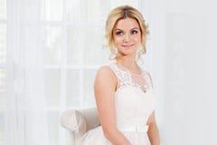 Πορτρέτο ενός όμορφου κοριτσιού σε ένα γαμήλιο φόρεμα Νύφη σε ένα πολυτελές φόρεμα σε ένα άσπρο υπόβαθρο, κινηματογράφηση σε πρώτ Στοκ εικόνες με δικαίωμα ελεύθερης χρήσης