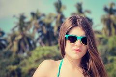 Πορτρέτο ενός όμορφου κοριτσιού στα ζωηρόχρωμα γυαλιά ηλίου Στοκ Εικόνα