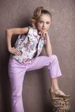 Πορτρέτο ενός όμορφου κοριτσιού στην μπλούζα και το παντελόνι Στοκ φωτογραφία με δικαίωμα ελεύθερης χρήσης