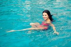 Πορτρέτο ενός όμορφου κοριτσιού στη λίμνη στοκ φωτογραφίες με δικαίωμα ελεύθερης χρήσης
