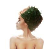 Πορτρέτο ενός όμορφου κοριτσιού στο καπέλο των λουλουδιών Στοκ φωτογραφία με δικαίωμα ελεύθερης χρήσης