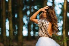 Πορτρέτο ενός όμορφου κοριτσιού στο φόρεμα στο ηλιοβασίλεμα στοκ φωτογραφία
