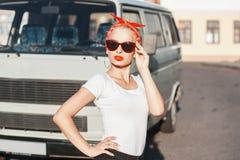 Πορτρέτο ενός όμορφου κοριτσιού hipster με τα γυαλιά ηλίου κοντά στο ασβέστιο Στοκ Εικόνες