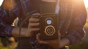 Πορτρέτο ενός όμορφου κοριτσιού hipster με την εκλεκτής ποιότητας αναδρομική κάμερα ταινιών Στοκ Εικόνα