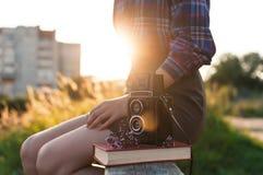 Πορτρέτο ενός όμορφου κοριτσιού hipster με την εκλεκτής ποιότητας αναδρομική κάμερα ταινιών Στοκ φωτογραφία με δικαίωμα ελεύθερης χρήσης