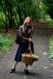Πορτρέτο ενός όμορφου κοριτσιού redhair στο πάρκο φθινοπώρου. Στοκ Φωτογραφίες