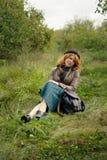 Πορτρέτο ενός όμορφου κοριτσιού redhair στο πάρκο φθινοπώρου. Στοκ εικόνα με δικαίωμα ελεύθερης χρήσης