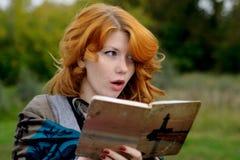 Πορτρέτο ενός όμορφου κοριτσιού redhair στο πάρκο φθινοπώρου. Στοκ Φωτογραφία