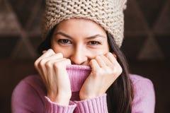 Πορτρέτο ενός όμορφου μακρυμάλλους κοριτσιού Στοκ Εικόνες