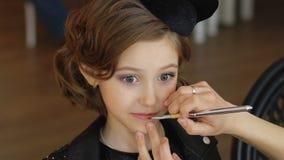 Πορτρέτο ενός όμορφου μικρού κοριτσιού με τη σύνθεση απόθεμα βίντεο