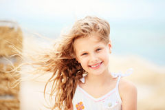 Πορτρέτο ενός όμορφου μικρού κοριτσιού με τον κυματισμό στον αέρα μακροχρόνιο εκτάριο Στοκ εικόνες με δικαίωμα ελεύθερης χρήσης