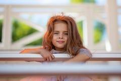 Πορτρέτο ενός όμορφου μικρού κοριτσιού Πρόσωπο στενού του επάνω παιδιών Στοκ Φωτογραφίες