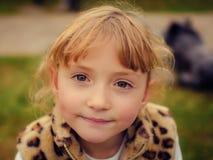 Πορτρέτο ενός όμορφου μικρού κοριτσιού Στοκ Φωτογραφίες