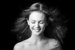 Πορτρέτο ενός όμορφου μοντέρνου νέου κοριτσιού με την πετώντας τρίχα Στοκ εικόνες με δικαίωμα ελεύθερης χρήσης