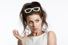 Πορτρέτο ενός όμορφου νέου κοριτσιού σε ένα ελαφρύ υπόβαθρο άνθρωπος συγκινήσεων Φρίκη, κλονισμός, έκπληξη στοκ φωτογραφίες με δικαίωμα ελεύθερης χρήσης