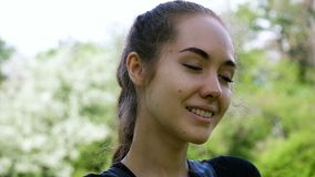 Πορτρέτο ενός όμορφου νέου κοριτσιού, σε αργή κίνηση Ευρωπαϊκή πρότυπη πρότυπη τοποθέτηση γυναικών στη κάμερα, που φλερτάρει με τ φιλμ μικρού μήκους