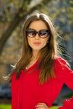 Πορτρέτο ενός όμορφου νέου κοριτσιού στο κόκκινο πουκάμισο στο backgroun Στοκ φωτογραφία με δικαίωμα ελεύθερης χρήσης