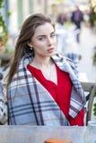 Πορτρέτο ενός όμορφου νέου κοριτσιού στο κόκκινο πουκάμισο στο backgroun Στοκ Φωτογραφίες