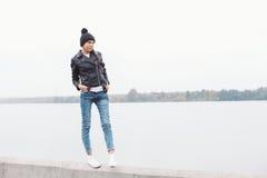 Πορτρέτο ενός όμορφου νέου κοριτσιού στο μαύρο καπέλο Στοκ Φωτογραφία