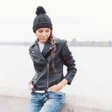 Πορτρέτο ενός όμορφου νέου κοριτσιού στο μαύρο καπέλο Στοκ εικόνες με δικαίωμα ελεύθερης χρήσης