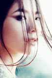 Πορτρέτο ενός όμορφου νέου κοριτσιού της ασιατικής εμφάνισης, κινηματογράφηση σε πρώτο πλάνο, υπαίθρια Στοκ εικόνα με δικαίωμα ελεύθερης χρήσης