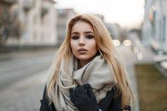 Πορτρέτο ενός όμορφου νέου ξανθού κοριτσιού στα ενδύματα φθινοπώρου στοκ φωτογραφία