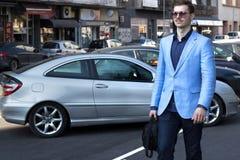 Πορτρέτο ενός όμορφου νέου περπατήματος επιχειρησιακών ατόμων Στοκ φωτογραφία με δικαίωμα ελεύθερης χρήσης
