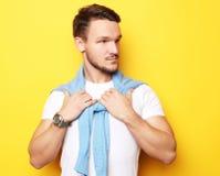Πορτρέτο ενός όμορφου νεαρού άνδρα, πρότυπο μόδας Τοποθέτηση πέρα από τον κίτρινο τοίχο Έννοια τρόπου ζωής και μόδας Στοκ Εικόνα