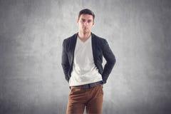 Πορτρέτο ενός όμορφου νεαρού άνδρα - σπουδαστής αστικός στοκ φωτογραφία