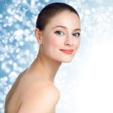 Πορτρέτο ενός όμορφου προτύπου νέων κοριτσιών με το καθαρά δέρμα και το blu Στοκ Φωτογραφία