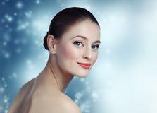 Πορτρέτο ενός όμορφου προτύπου νέων κοριτσιών με το καθαρά δέρμα και το blu Στοκ Εικόνες