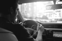 Πορτρέτο ενός όμορφου τύπου που οδηγεί το αυτοκίνητό του Στοκ Φωτογραφία