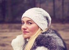 Πορτρέτο ενός όμορφου λυπημένου κοριτσιού σε ένα καπέλο Στοκ εικόνα με δικαίωμα ελεύθερης χρήσης