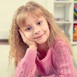 Πορτρέτο ενός όμορφου χαμογελώντας μικρού κοριτσιού Στοκ φωτογραφία με δικαίωμα ελεύθερης χρήσης
