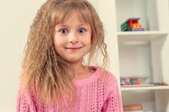 Πορτρέτο ενός όμορφου χαμογελώντας μικρού κοριτσιού Στοκ φωτογραφίες με δικαίωμα ελεύθερης χρήσης