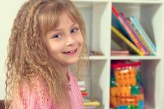 Πορτρέτο ενός όμορφου χαμογελώντας μικρού κοριτσιού Στοκ Εικόνες