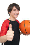 Πορτρέτο ενός όμορφου χαμογελώντας παίχτης μπάσκετ που παρουσιάζει u αντίχειρων Στοκ φωτογραφία με δικαίωμα ελεύθερης χρήσης
