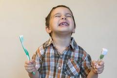 πορτρέτο ενός όμορφου χαριτωμένου καυκάσιου ξανθού αγοριού με μια οδοντόβουρτσα Δόντια βουρτσίσματος μικρών παιδιών και χαμόγελο  στοκ εικόνα
