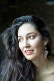 Πορτρέτο ενός όμορφου brunette με τα σκουλαρίκια Στοκ φωτογραφίες με δικαίωμα ελεύθερης χρήσης