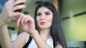 Πορτρέτο ενός όμορφου brunette που παίρνει selfie απόθεμα βίντεο
