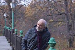 Πορτρέτο ενός ώριμου ατόμου με μια γενειάδα σε μια μικρή γέφυρα με το τοπικό LAN στοκ εικόνες με δικαίωμα ελεύθερης χρήσης